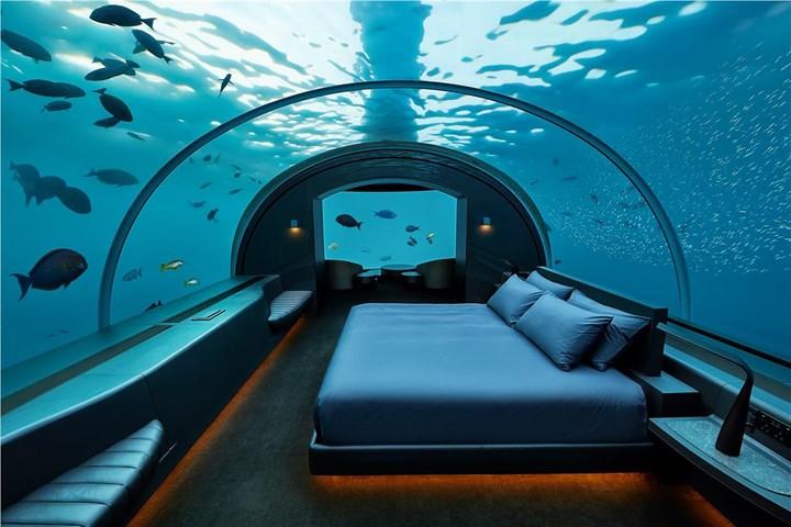 فندق تحت الماء في جزر المالديف .